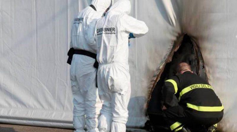 Carabinieri e vigili del fuoco ispezionano l'hub vaccinale di Brescia, dopo l'attentato incendiario del 3 aprile 2021